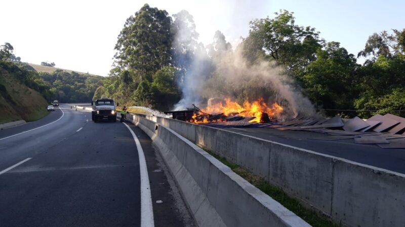Veículo tomba e pega fogo na BR 376