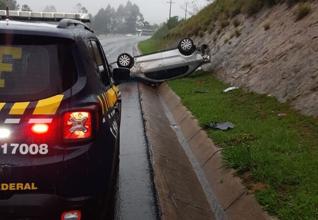 DEVIDO A CHUVA –  Motorista derrapa e capota próximo a pedágio de Tibagi