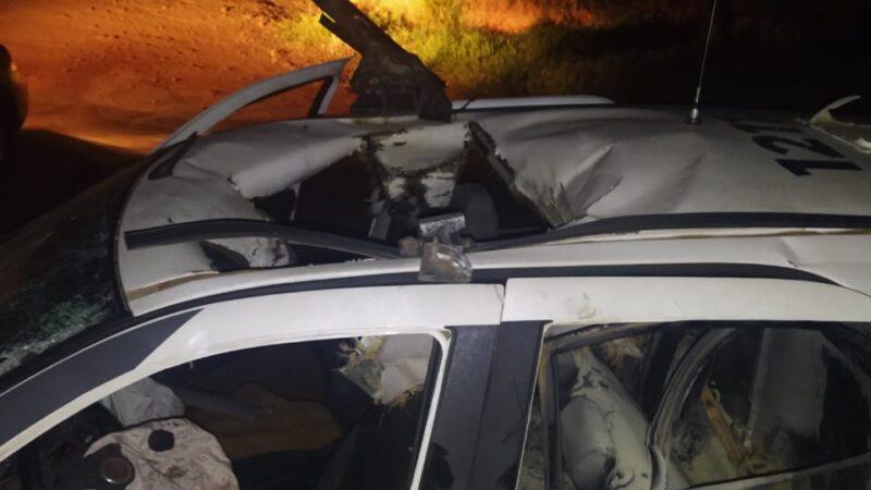 Policiais seguem internados após bomba destruir viatura