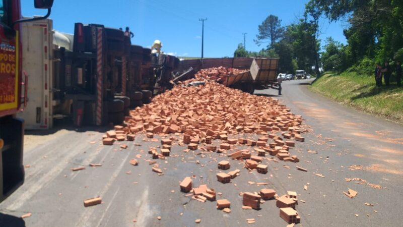 Caminhão de Carambeí se envolve em acidente com 3 mortes