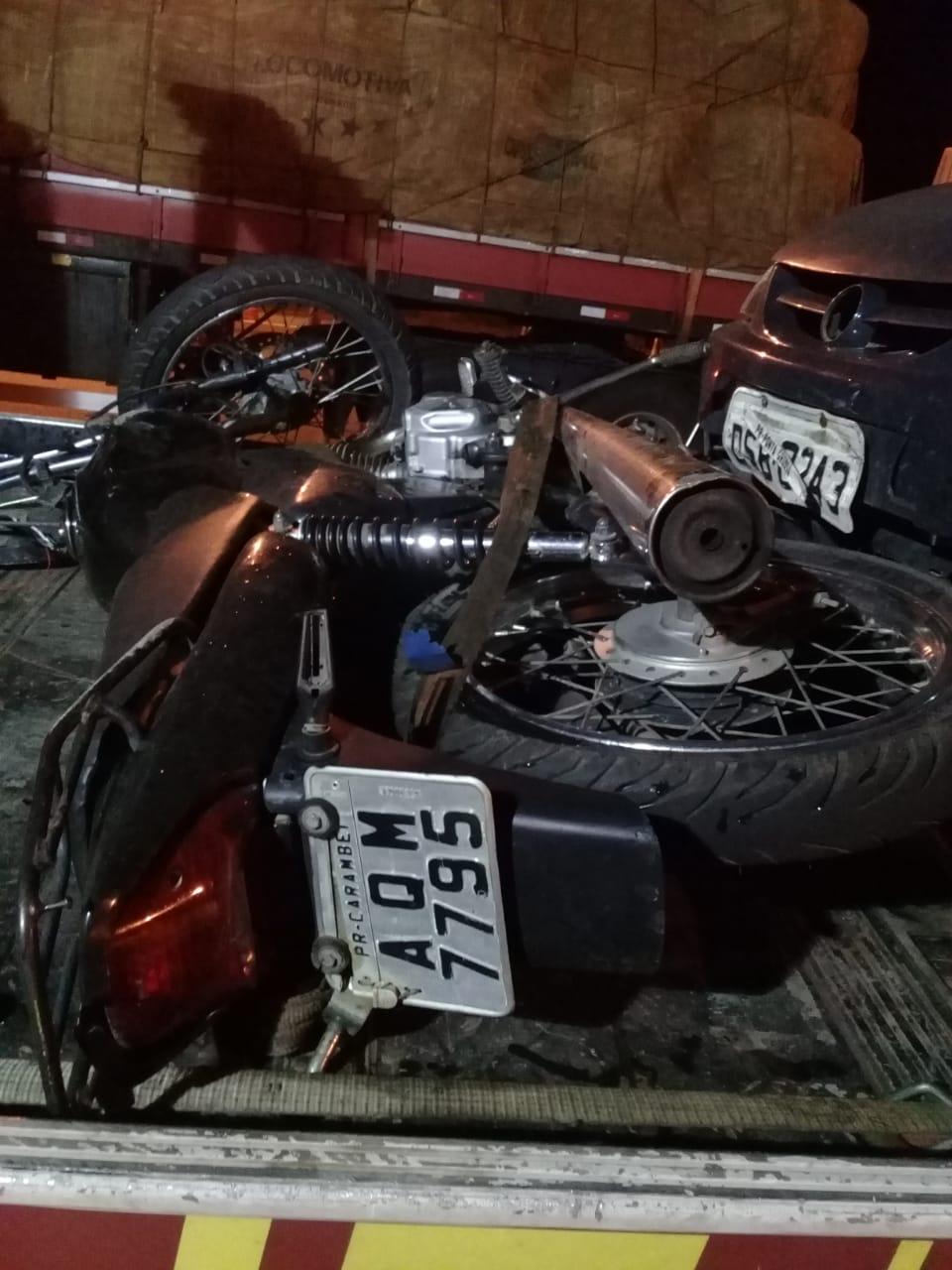 Após atropelar cão, moto acaba atingida por carro