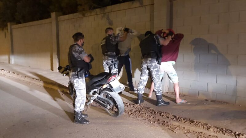 PM aplica 6 notificações de trânsito e prende 2 homens em Castro
