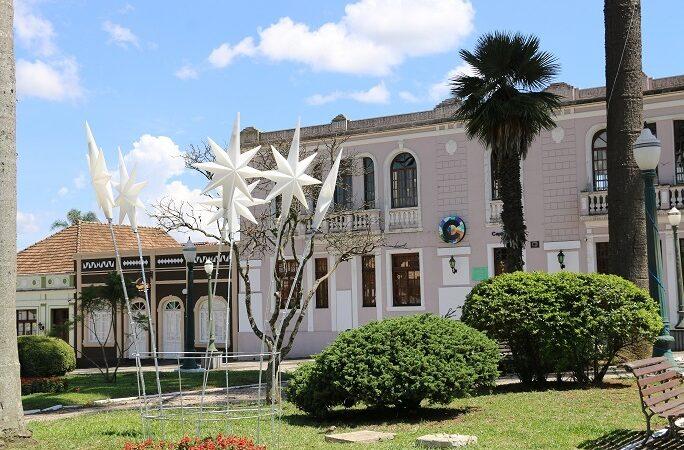 Castro decora praças para o natal