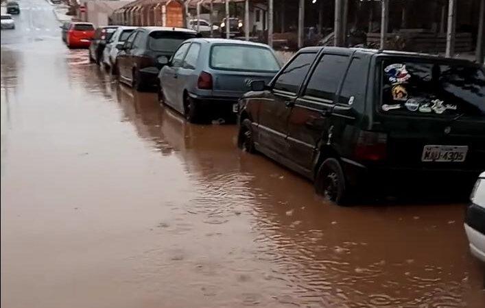 Chuvas causam alagamentos em diversas ruas de Castro