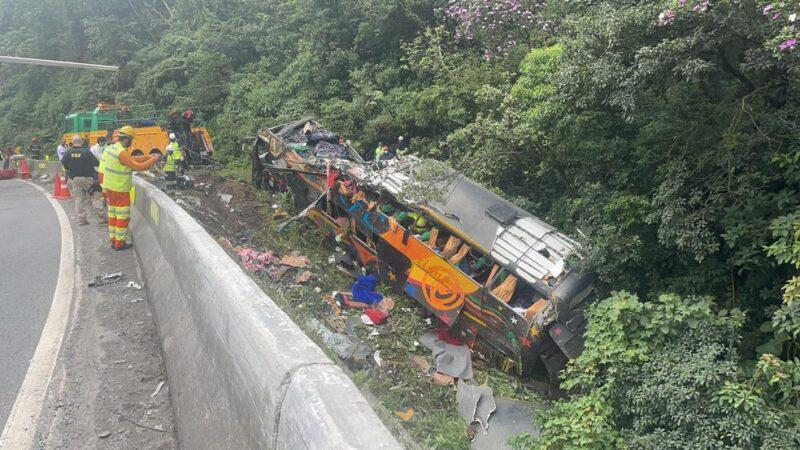 Acidente com ônibus do Pará mata 19 pessoas e fere 31 em Guaratuba