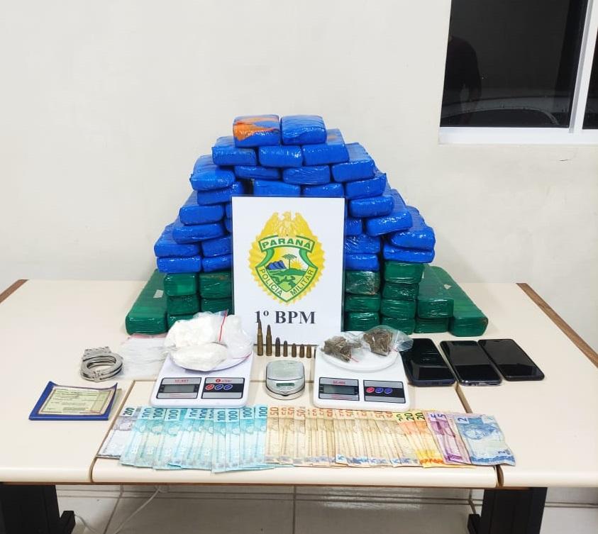 Duas pessoas são presas ao transportar 61 tabletes de maconha em PG