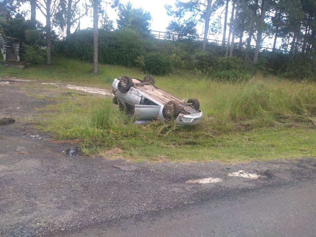 Carro capota e deixa dois feridos na PR-151