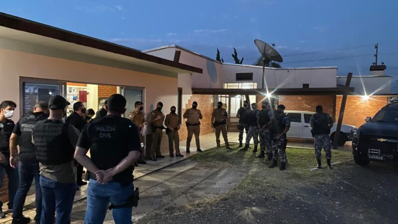Policiais cumprem mandados de busca, apreensão e de prisões em Carambeí
