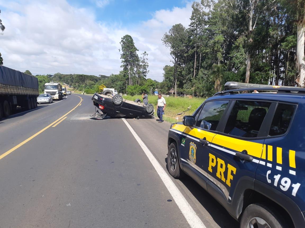 Motorista perde o controle de carro e capota na BR-373
