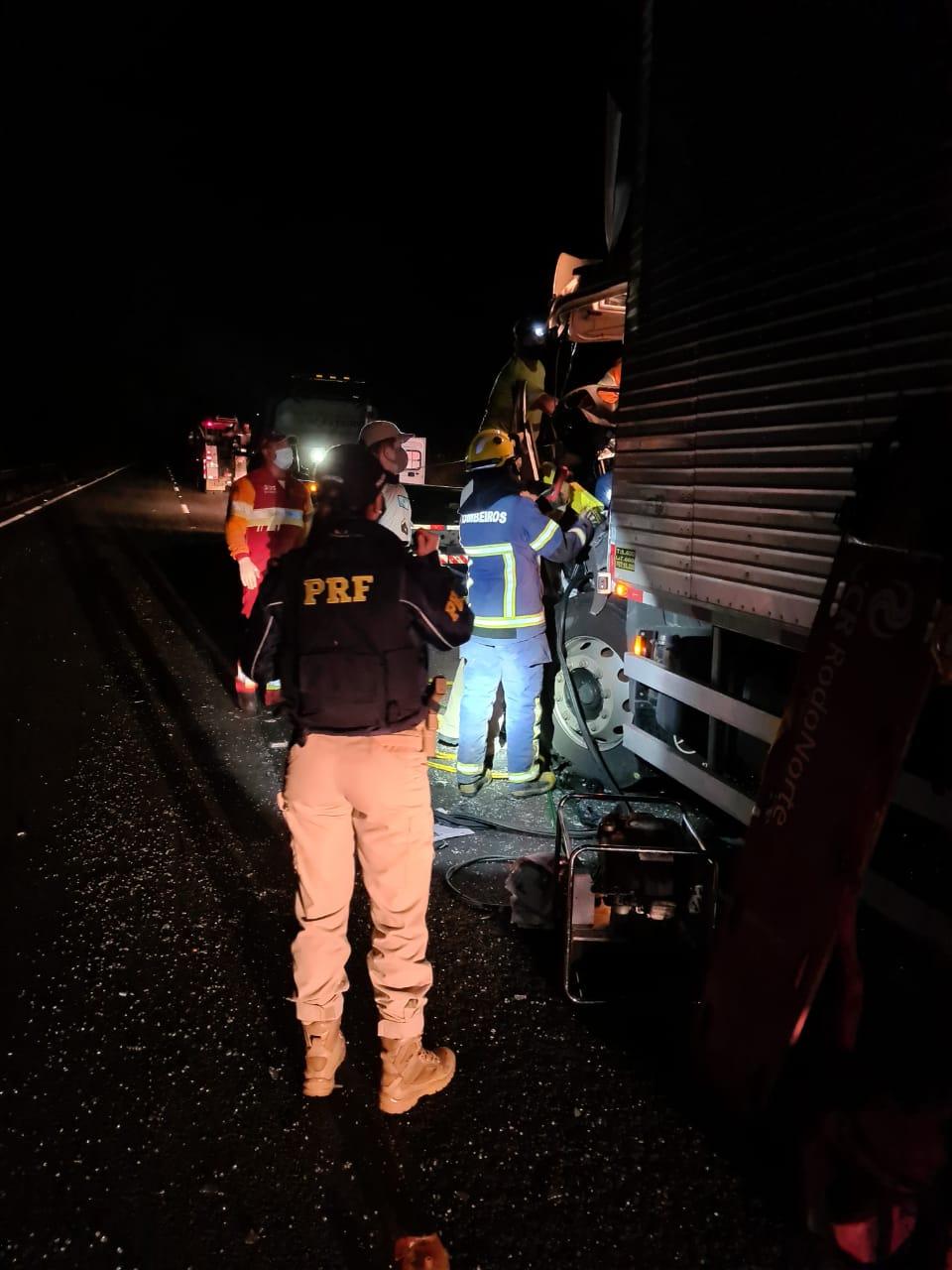 Caminhoneiro fica preso nas ferragens em PG