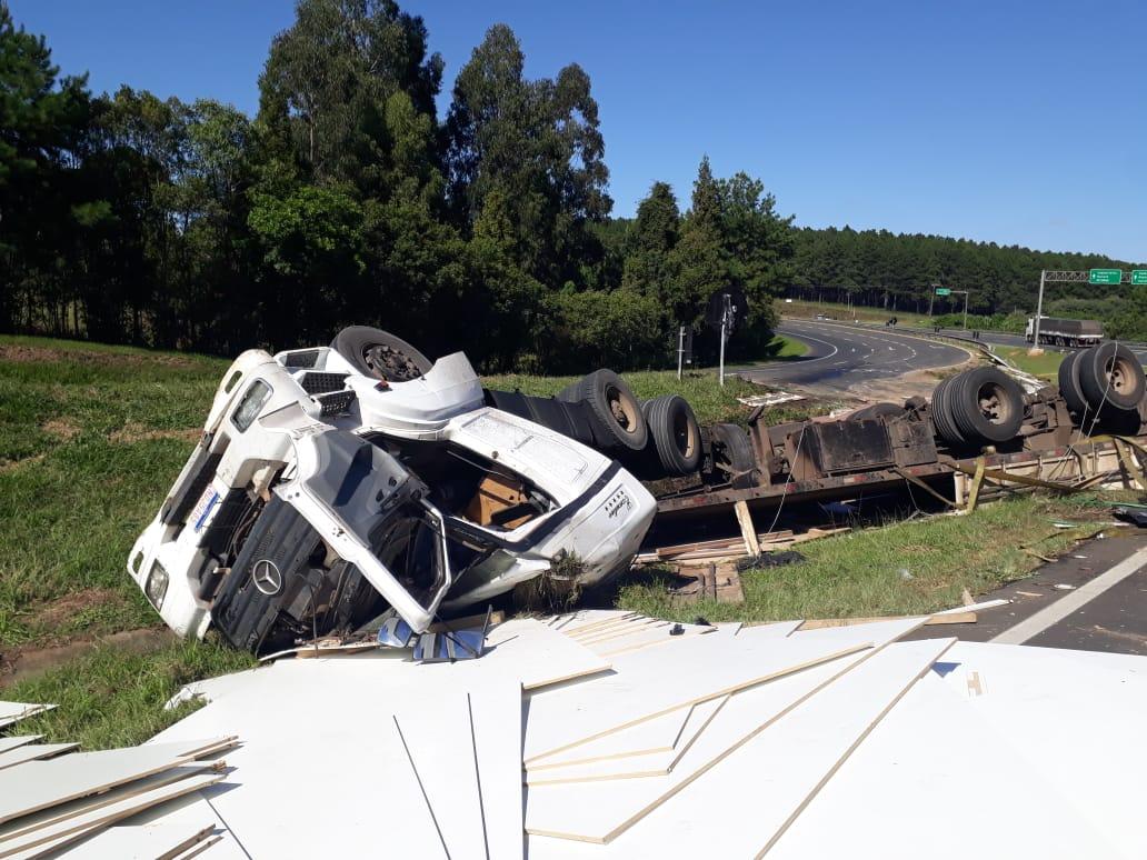 Motorista morre após tombar caminhão na PR-151