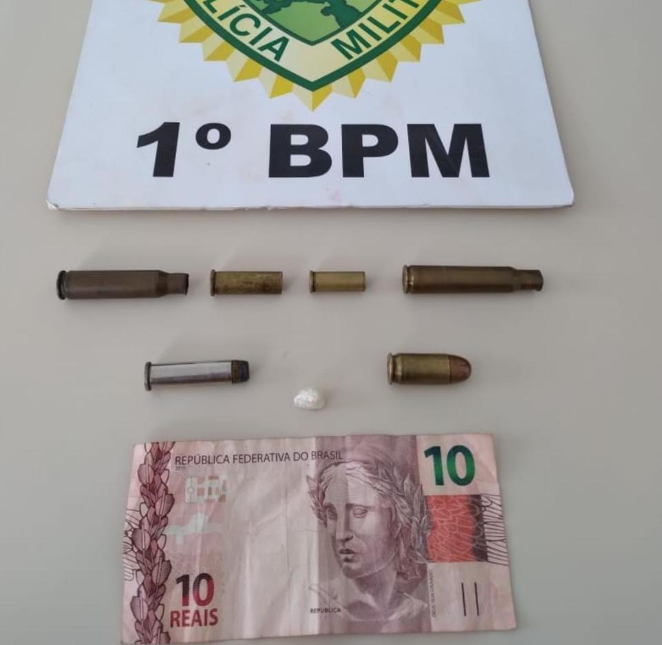 PM detém dupla por tráfico e apreende droga e munição