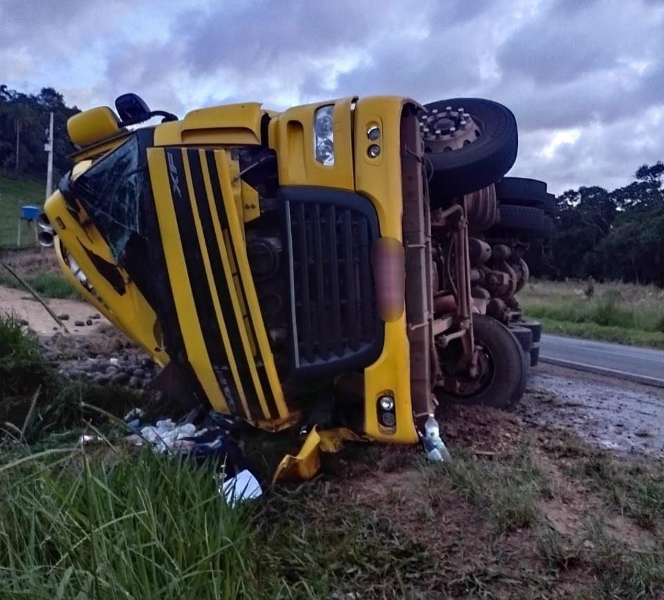 PRE atende dois acidentes de caminhões na região