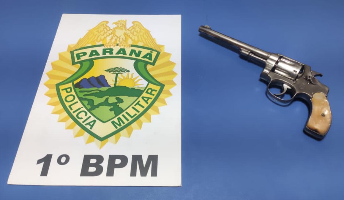 Homem é preso após ameaçar e apontar revólver na cabeça de mãe e irmã em Piraí do Sul
