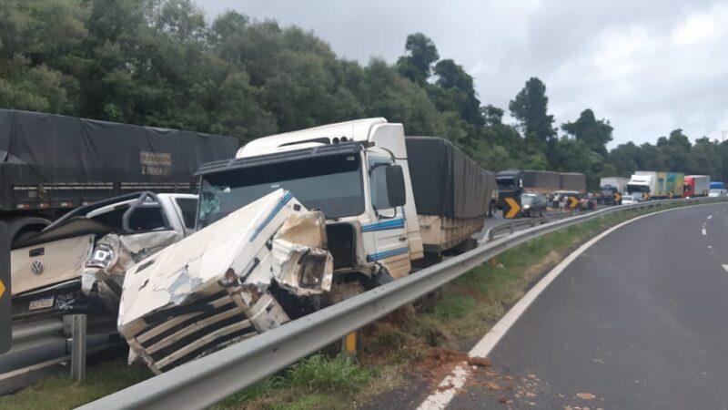 Caminhão com carga de cavaco de madeira tomba e provoca engavetamento com sete veículos na região