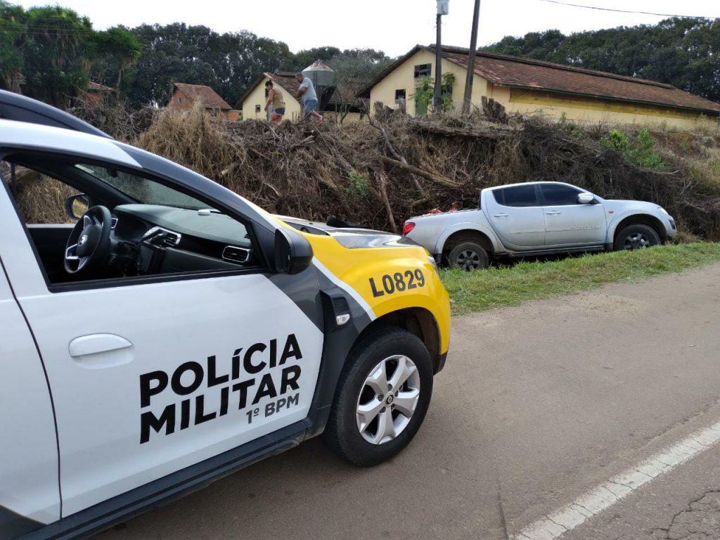 Policiais militares perseguem e interceptam caminhonete roubada