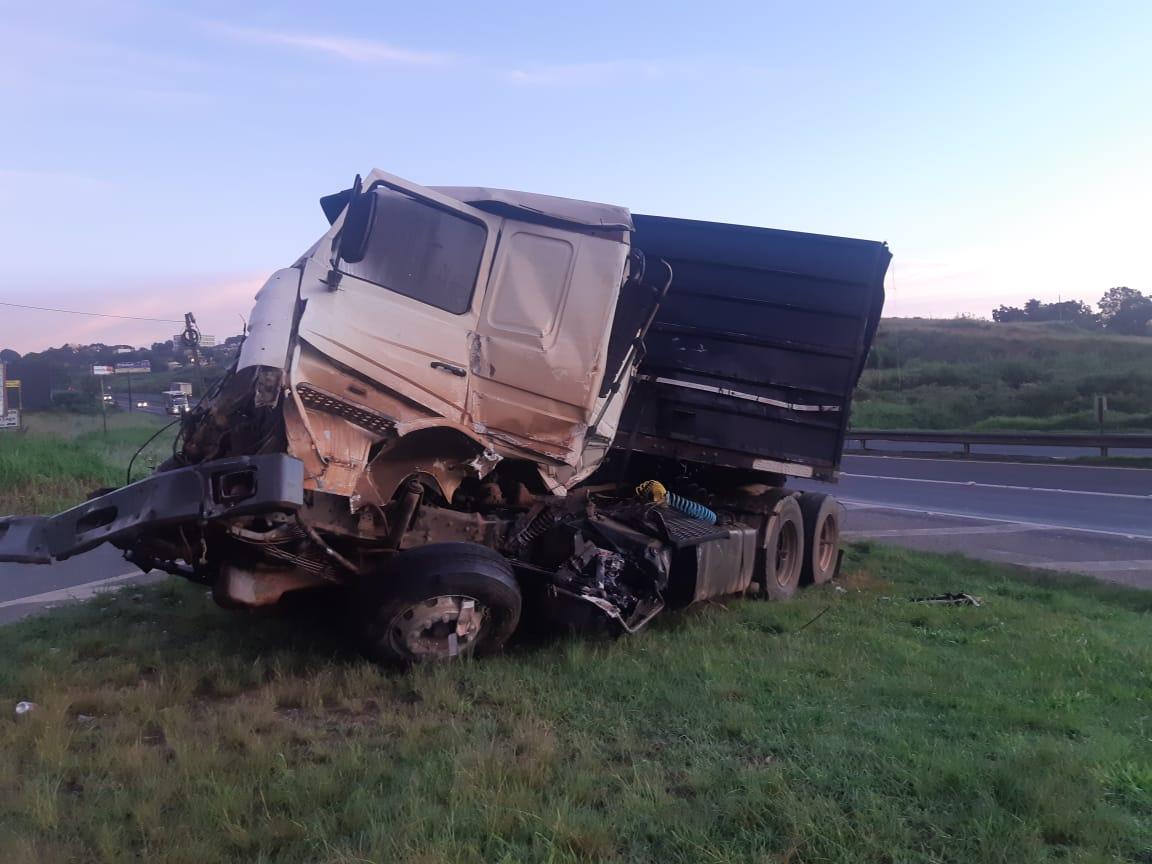 Cinco caminhões se envolvem em colisão na BR-376