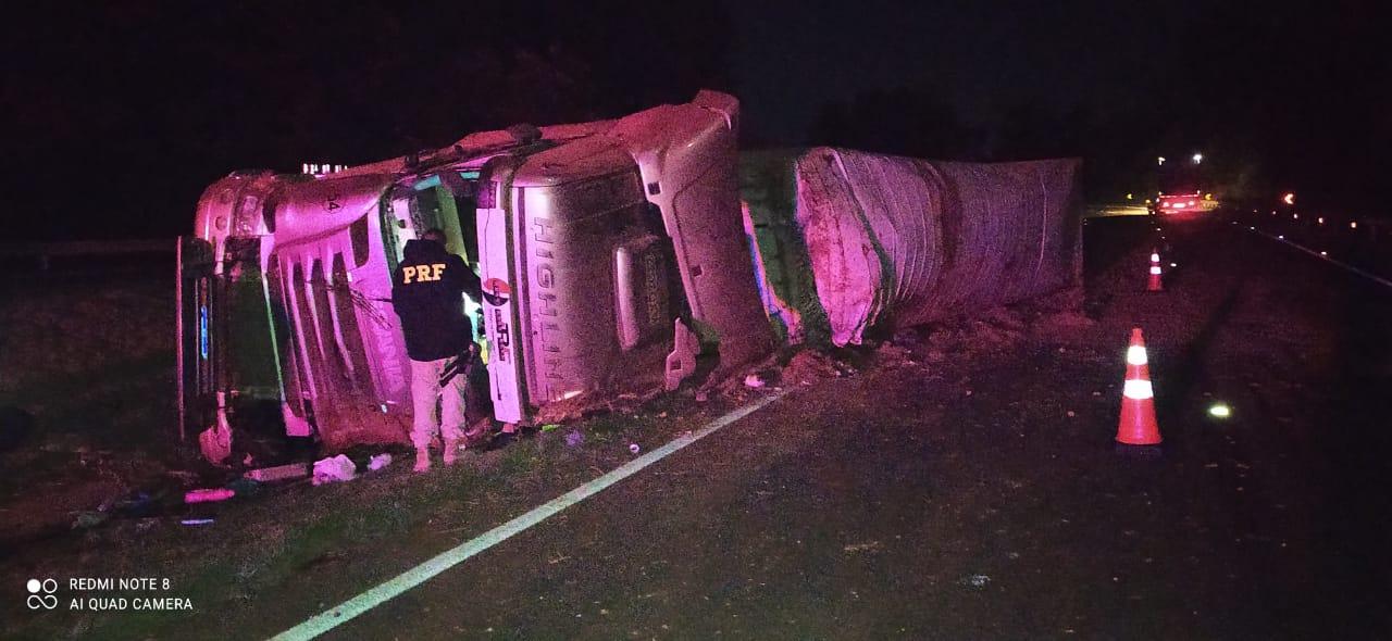 Motorista fica preso nas ferragens após tombar caminhão na BR-376