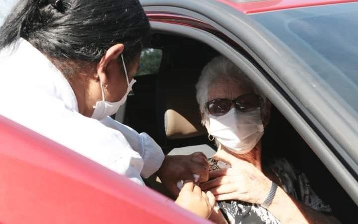 Segunda dose da vacina contra a Covid é aplicada em idosos de 76 anos e profissionais da saúde em Castro