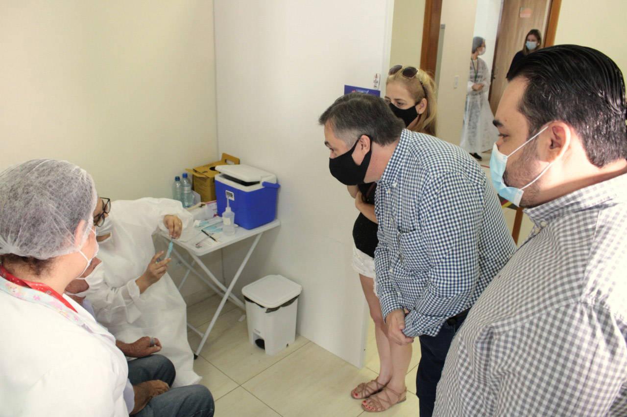 Vacinação e medidas de enfrentamento à pandemia melhoram indicadores no Paraná
