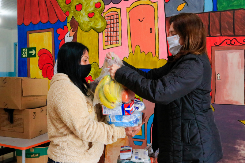 CMEIs de Tibagi entregam alimentos da merenda escolar para famílias