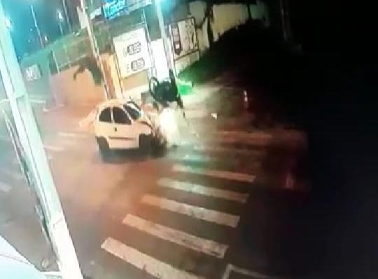 Motocicleta colide violentamente com carro na Olegário e piloto voa