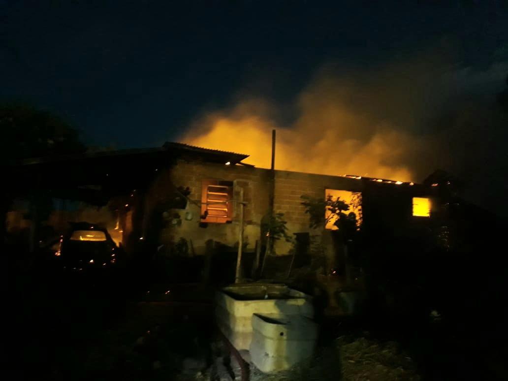 Casa é consumida pelas chamas na Colônia Santa Clara