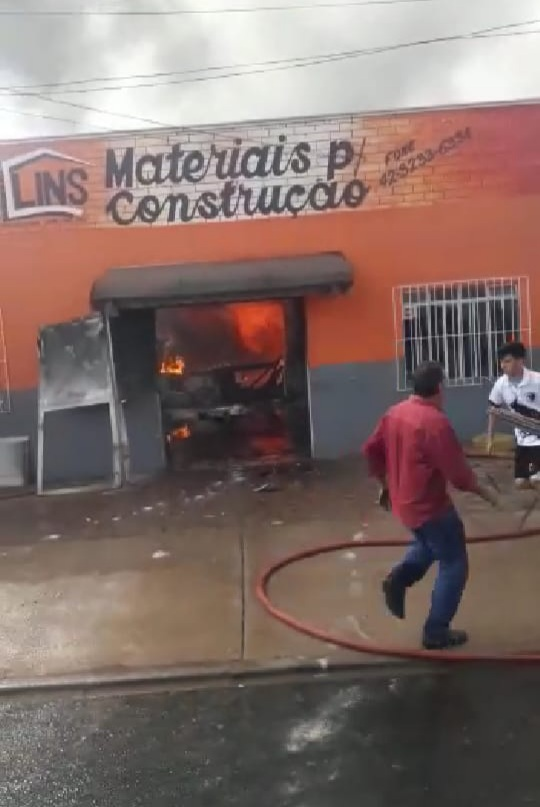 Fogo destrói por completo a loja Lins Materiais de Construção