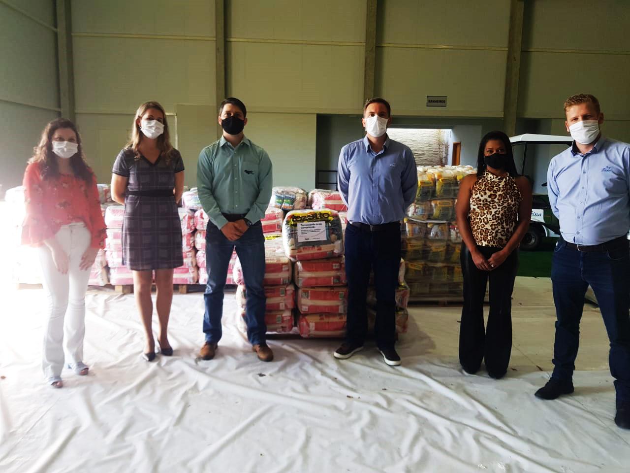 Frísia e Mosaic doam alimentos para 250 famílias em Carambeí
