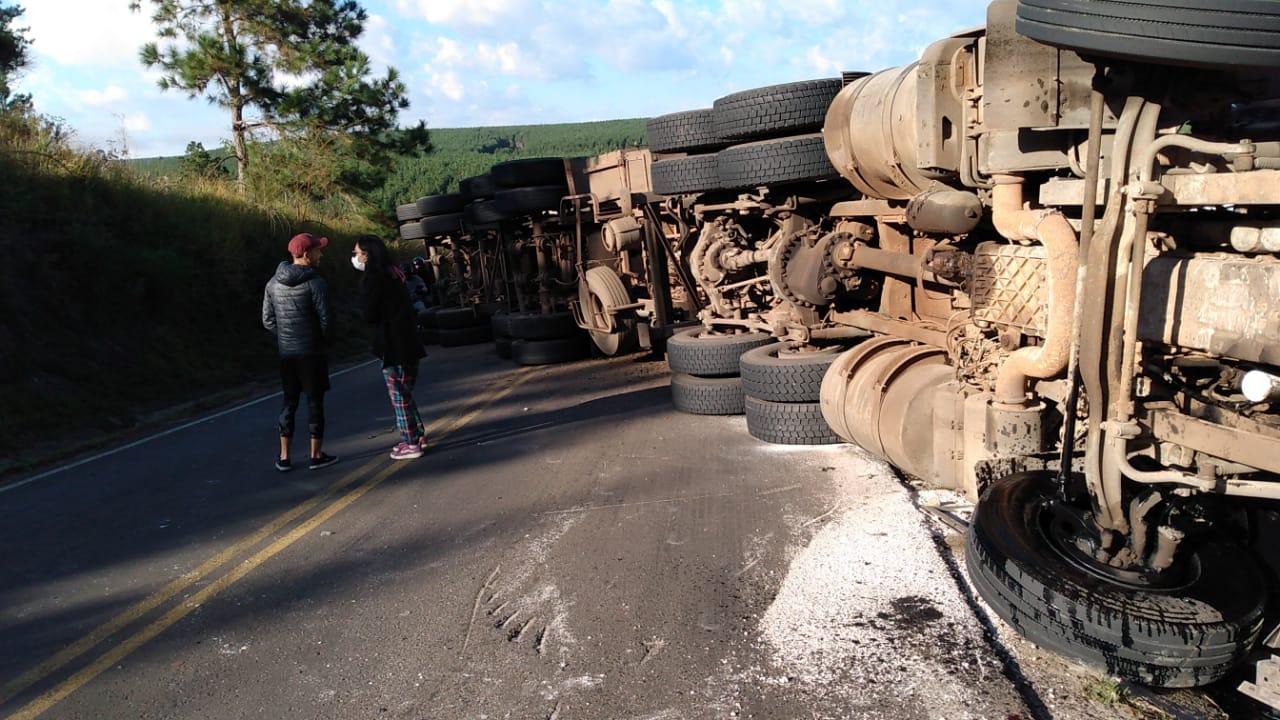 Caminhão tomba e interdita PR-340