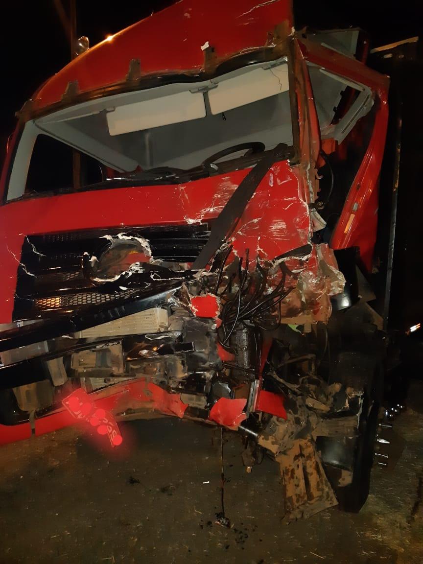 Motorista fica preso nas ferragens em acidente na BR-376