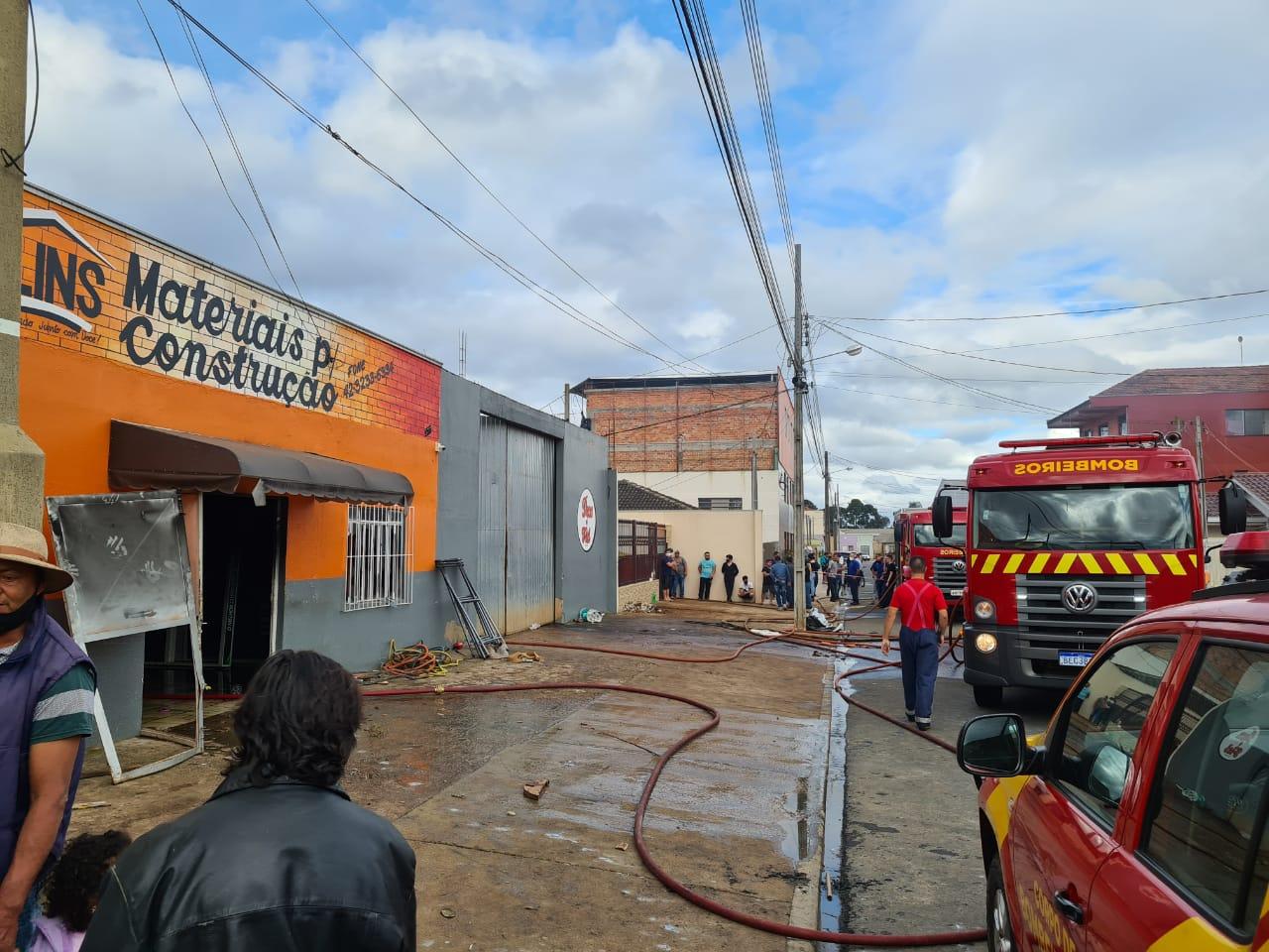 Bombeiros usam três equipes no combate ao incêndio na loja Lins Materiais de Construção