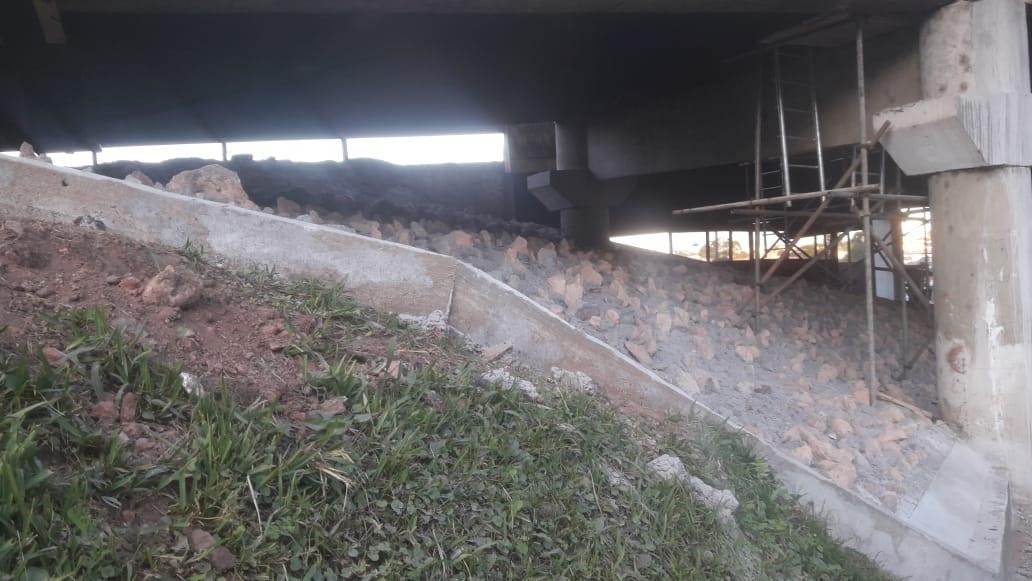 Pedras sob viaduto da PR-151 revoltam castrenses