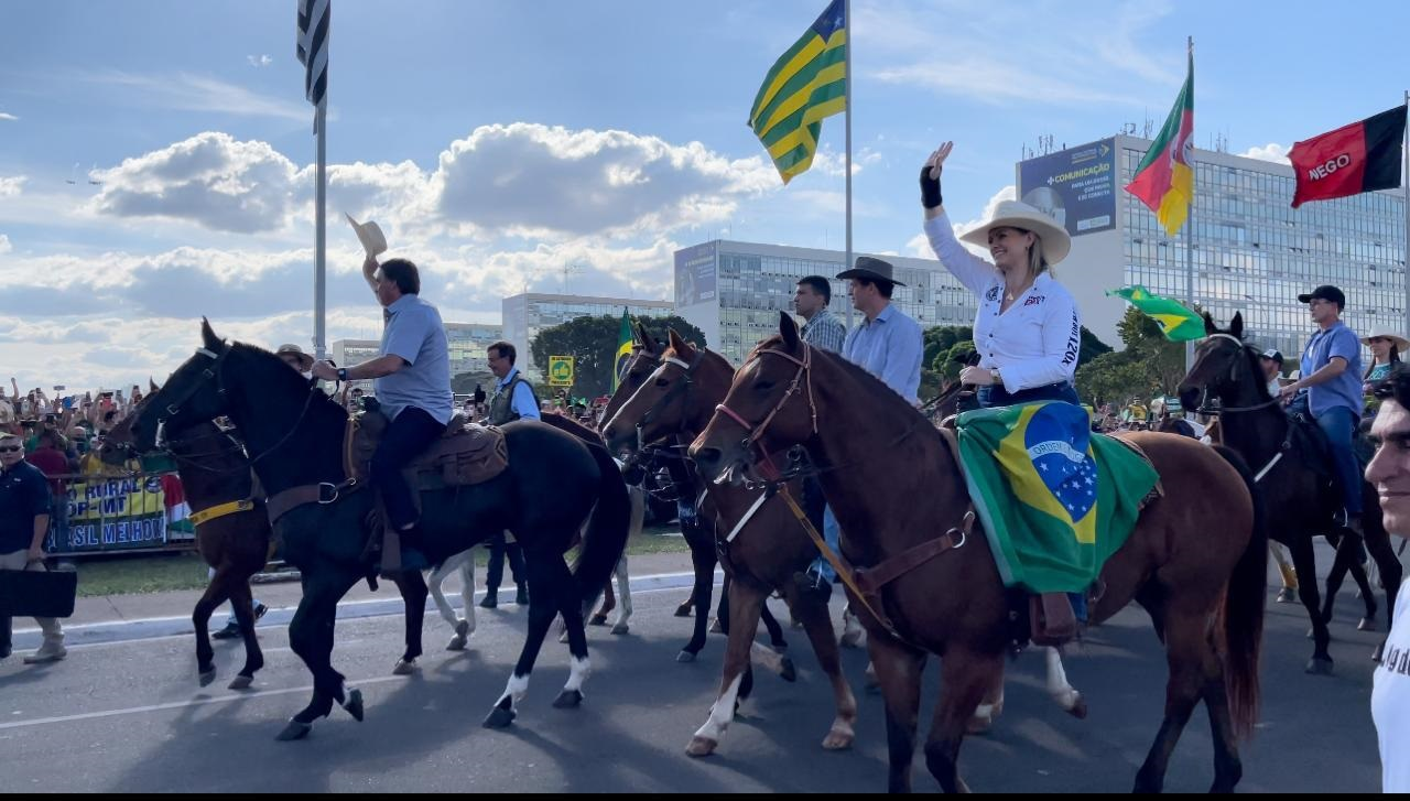 Deputada Aline Sleutjes desfila ao lado de Bolsonaro