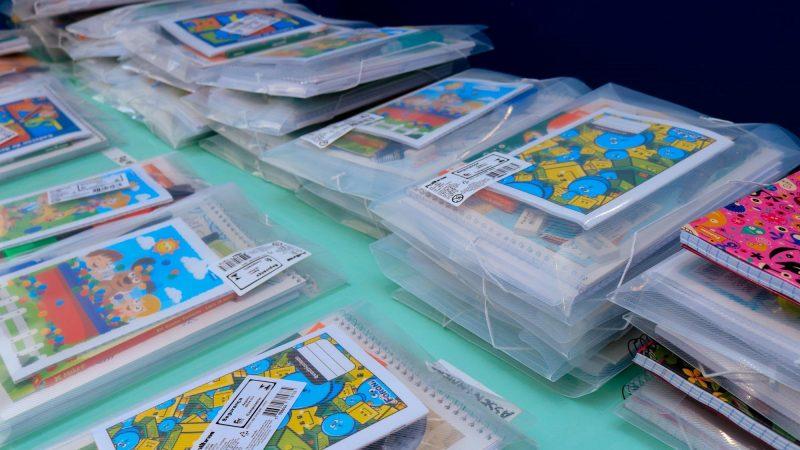 Secretaria de Educação de Tibagi distribui kit de material escolar para alunos da rede municipal