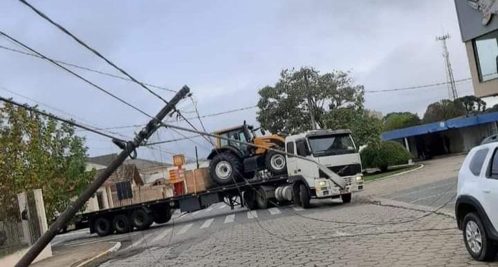 Caminhão enrosca em fios e derruba cinco postes em Castro