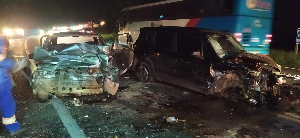 Duas pessoas ficam feridas em acidente com quatro veículos na BR-277
