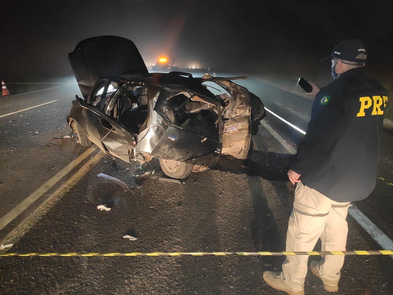 Homem morre ao ser ejetado de carro em colisão frontal na BR-277