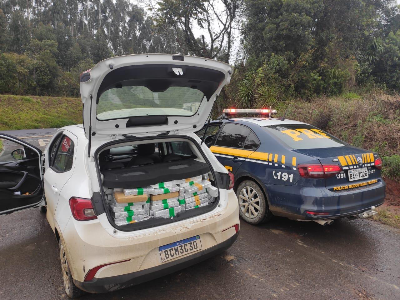 Homem que transportava 297 quilos de maconha e fugiu após colisão, foi preso em posto de combustível