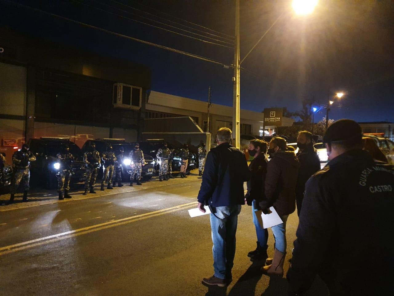Operação policial cumpre 11 mandados de busca e apreensão e prende oito pessoas em Castro
