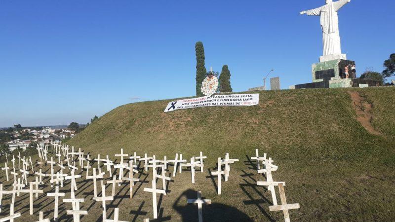 Morro do Cristo ganha cruzes em homenagem às vítimas de Covid-19
