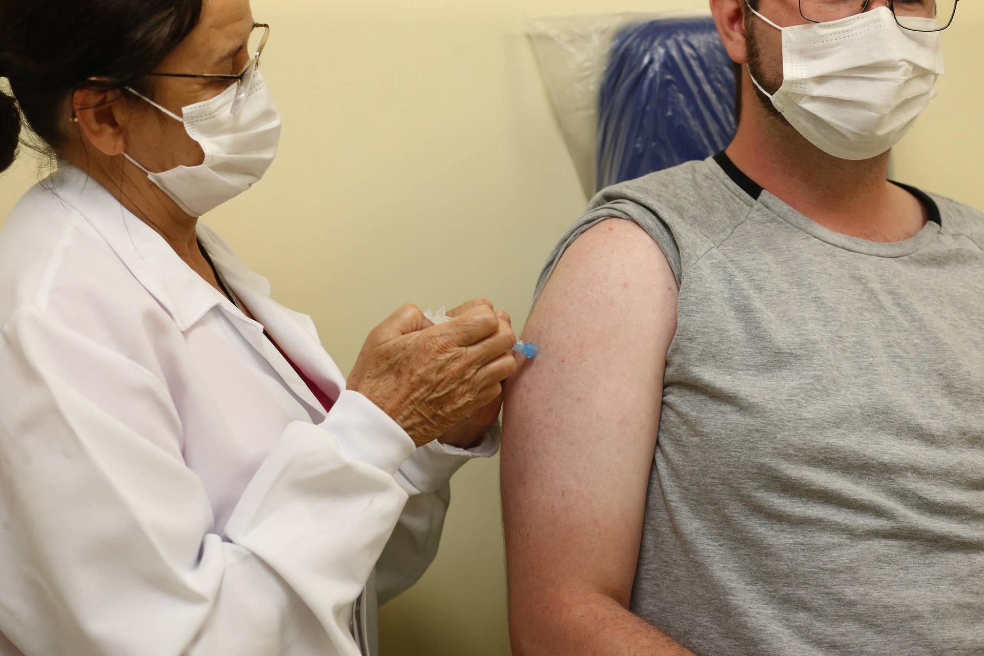 Paraná separa 20 mil doses para imunizar trabalhadores do Ensino Superior