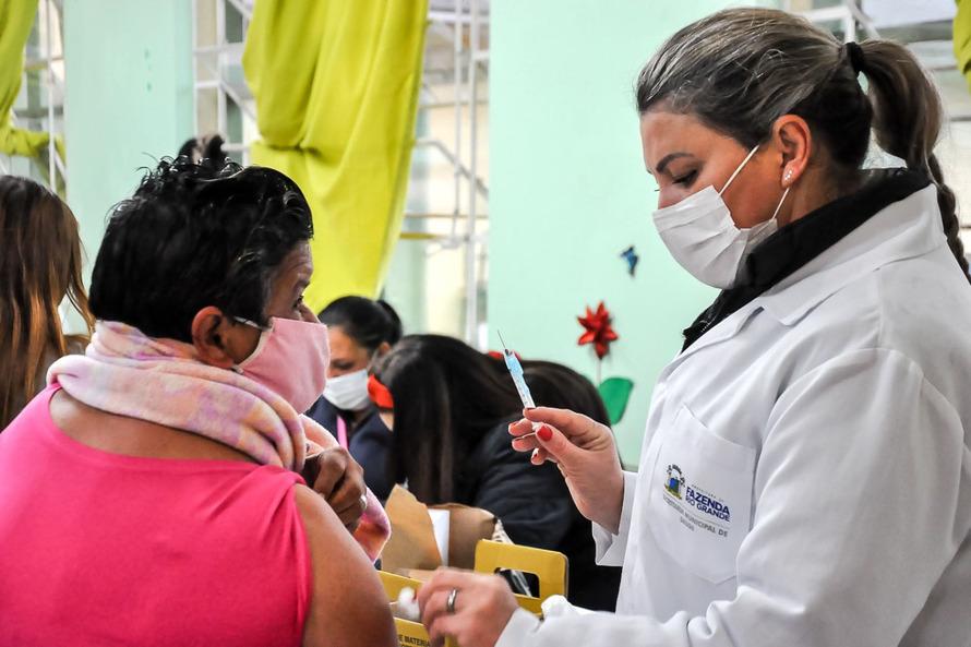 5,5 milhões de vacinas contra a Covid-19 já foram aplicadas em paranaenses
