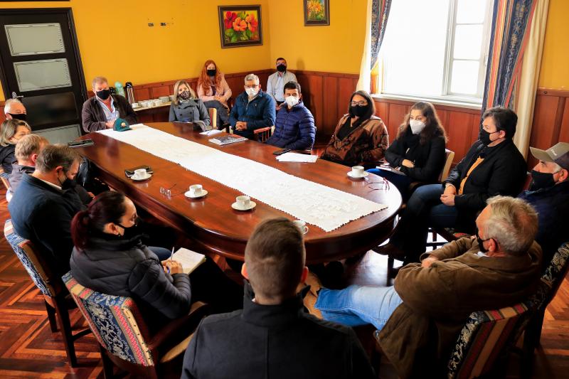 Prefeito Butina destaca união da equipe em reunião