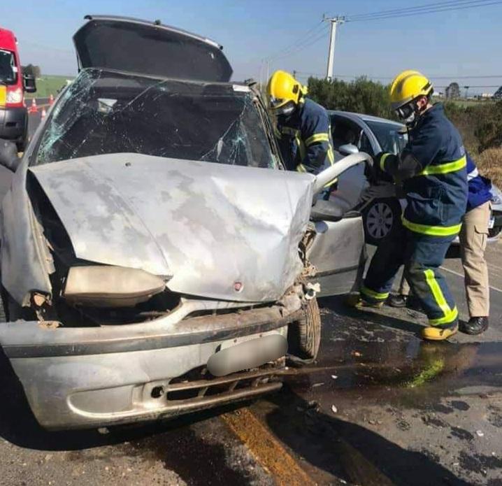 Colisão deixa motorista preso às ferragens na PR-340