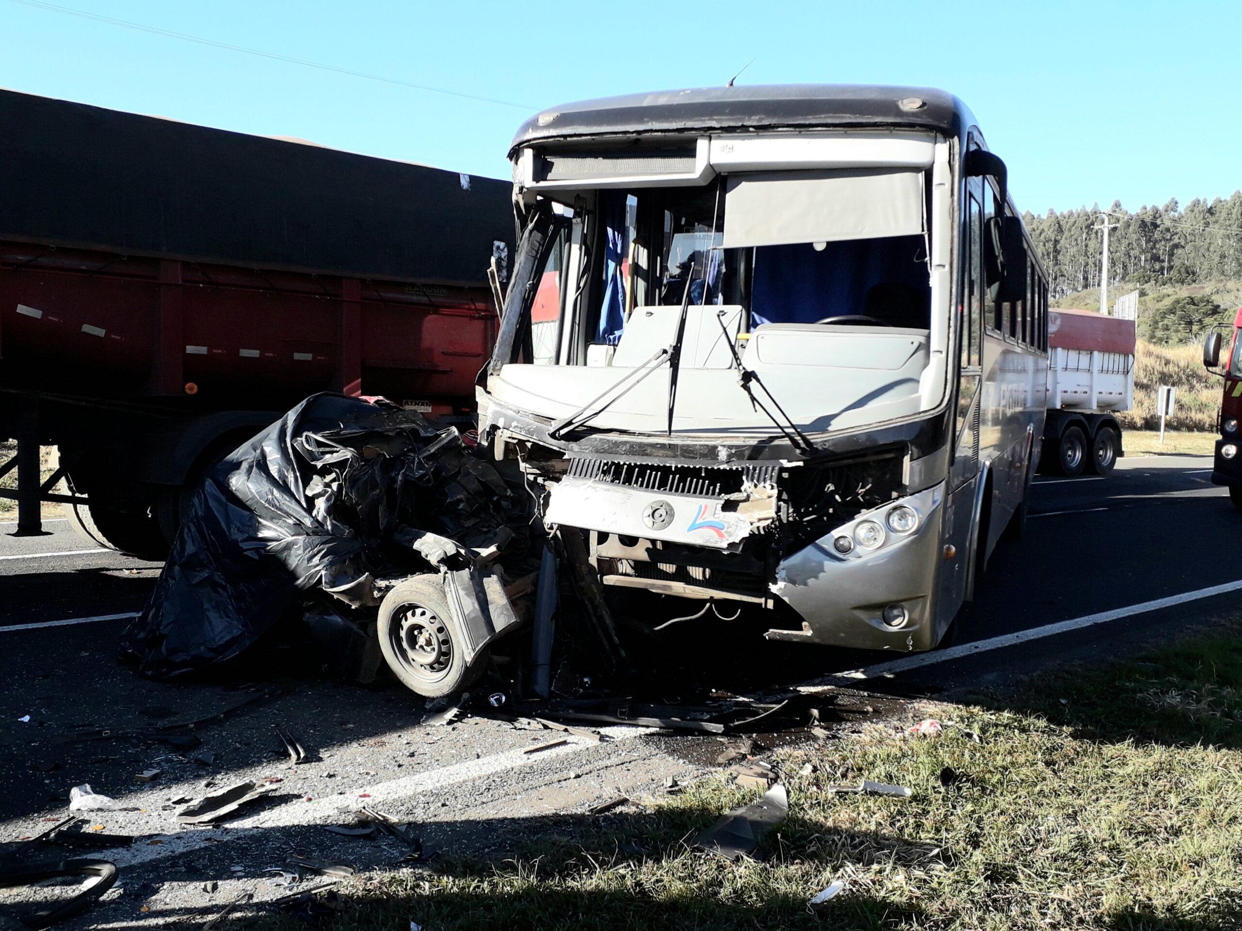 Colisão entre três veículos mata duas pessoas na PR-151