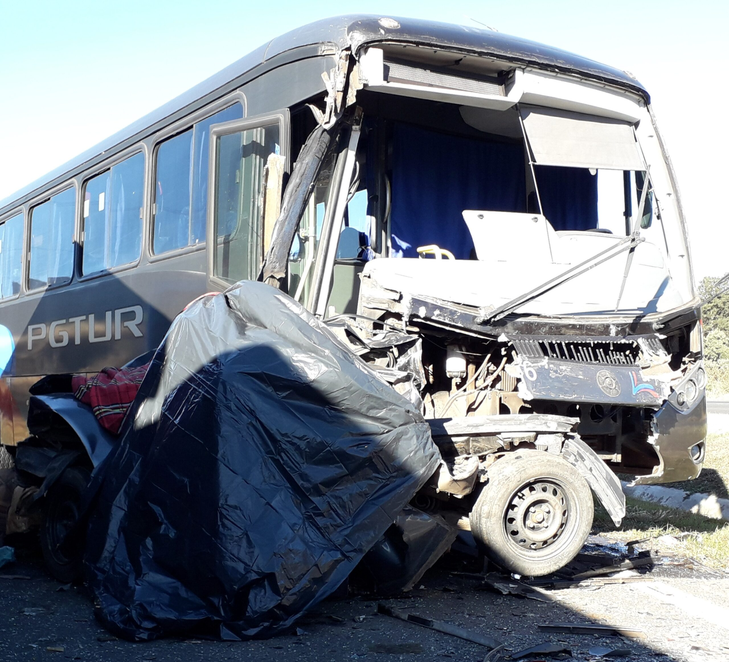 Para a polícia, motorista de ônibus que prensou carro disse que estava a 70 km/h