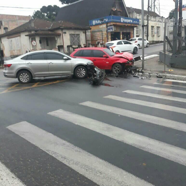 Bispo fura preferencial e seu carro acaba atingido