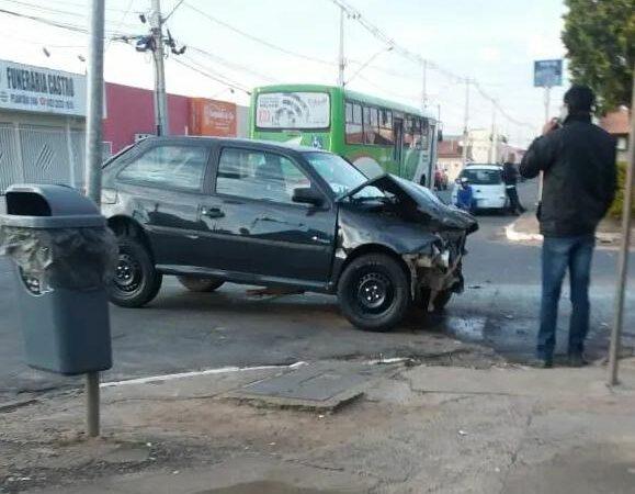 Colisão deixa passageiro ferido na Vila Rio Branco