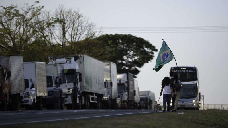 Caminhoneiros articulam greve pelo país